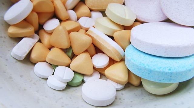 různobarevné léky, tabletky