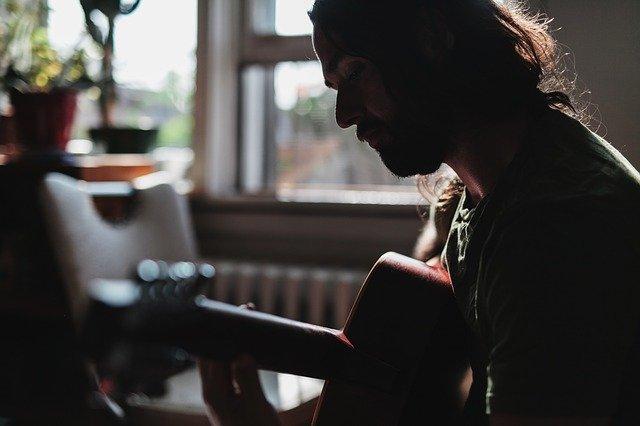 muž kytarista