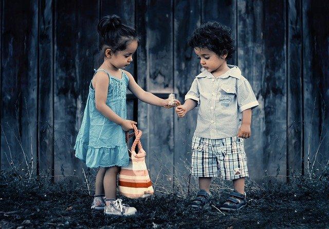 Prožívá vaše dítě první lásku?
