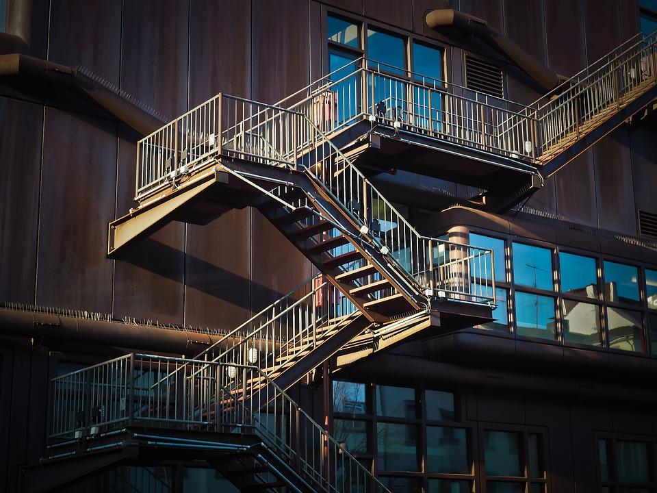 Proč je exteriérové kovové schodiště obvykle děrované?
